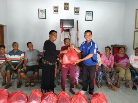 Pemberian Bantuan Sembako Dari Dinas Sosial yg Diwakilkan oleh Bapak Komang Maniasa